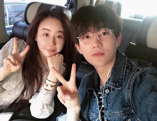 韓國女星咸素媛(左)與中國網紅陳華克服18歲年紀差,於去年共組家庭。(翻攝自咸素媛IG)