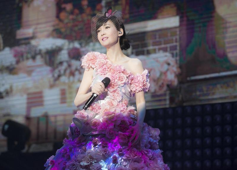 出道30年的周慧敏,將於8月10日在台北小巨蛋舉行《一萬天荒愛未老》演唱會。(寬宏藝術、福茂唱片提供)