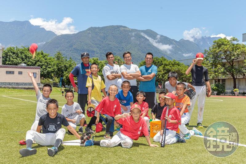 花蓮新城國小棒球隊在多位教練幫助下,讓小朋友的棒球夢開始萌芽。