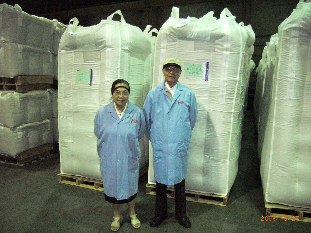 聯夏食品在70年代是台灣第一家擁有紅豆冷藏保存技術生產廠,圖為創辦人林柏榮(右)與時任董事長的妻子林楊淑清(左)。(聯夏食品提供)