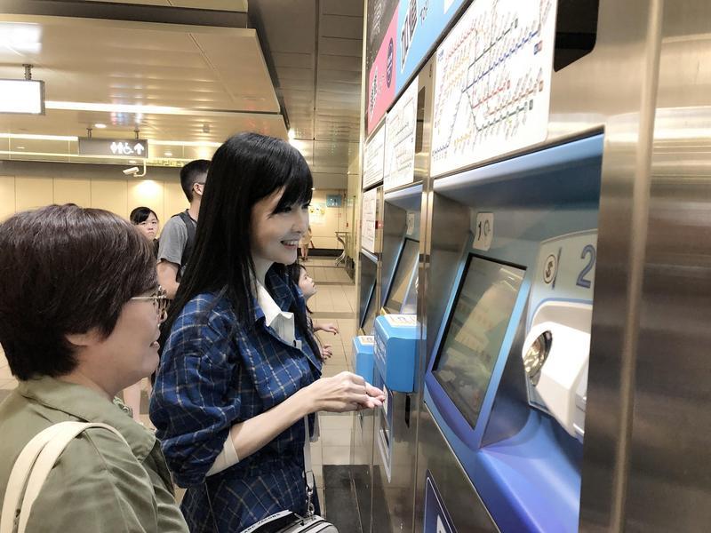 周慧敏圓夢搭捷運,買票也不假他人之手。(寬宏藝術提供)