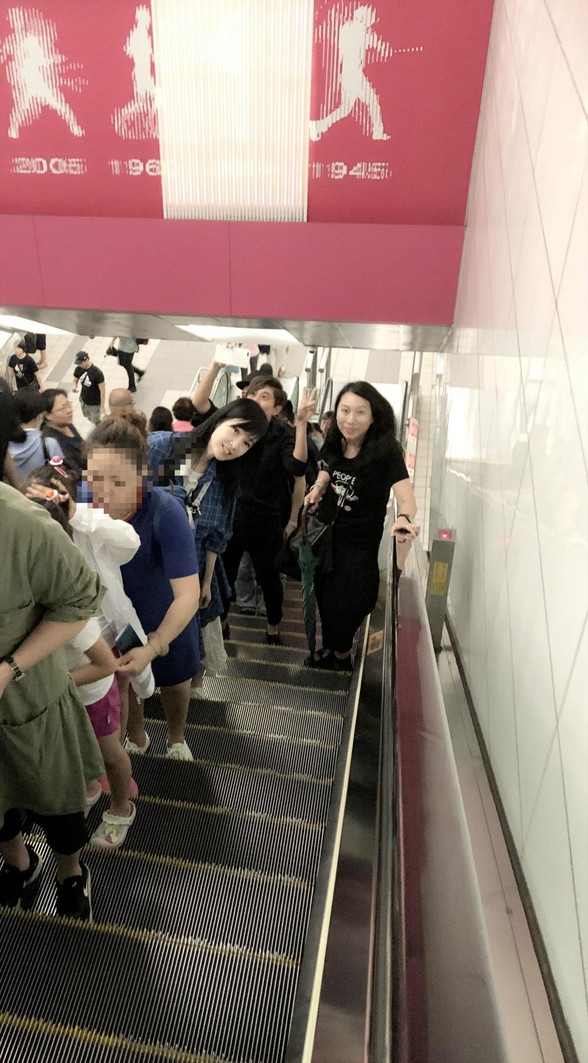 捷運站裡,周慧敏親切地跟路人打招呼。(寬宏藝術提供)