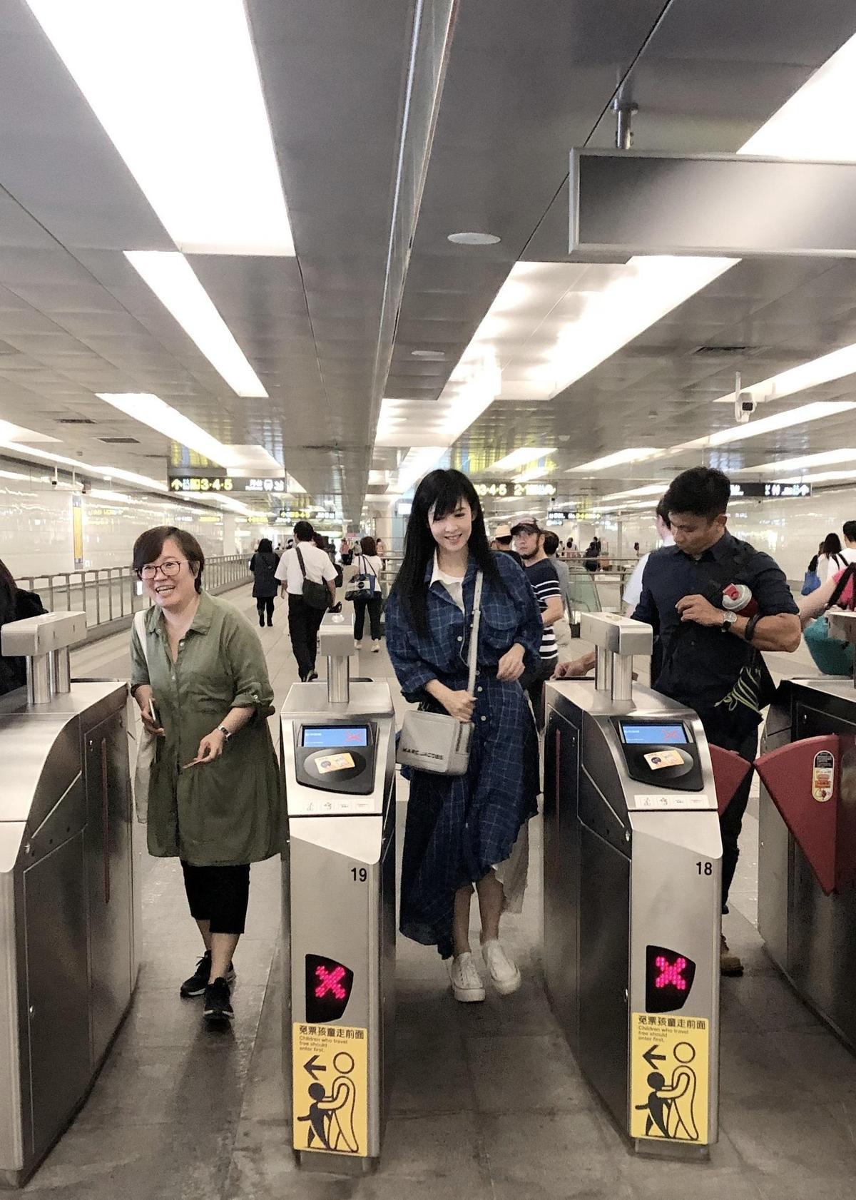 坐完了捷運後,周慧敏對台北捷運便利印象深刻。(寬宏藝術提供)