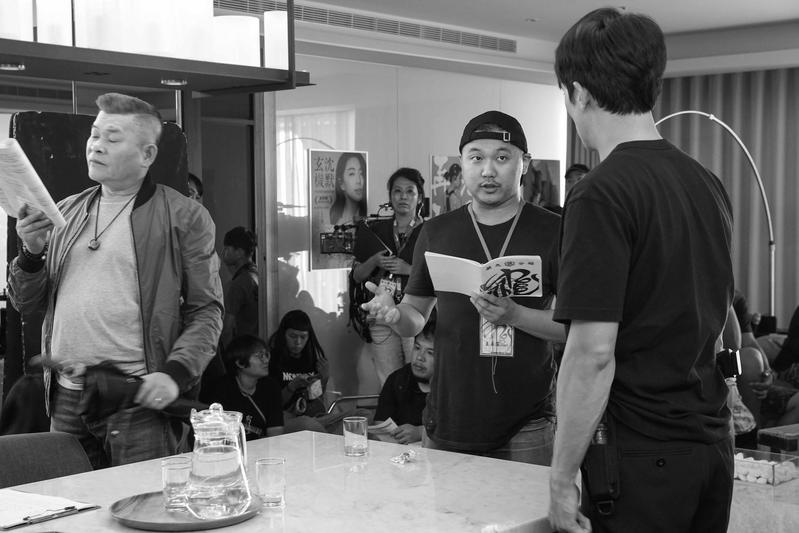 王鼎霖(中)初執導筒,細心與演員澎恰恰(左)、邱澤溝通,並確實掌控進度和預算。(甲上提供)