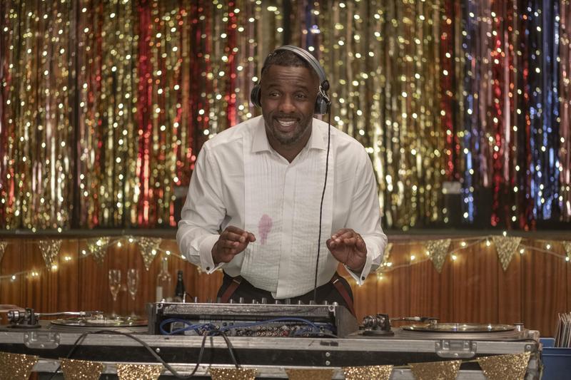 伊卓瑞斯艾巴扮演查理,只紅過一首歌的過氣偶像,現在只能去懷舊派對放歌賺錢。(Netflix提供)