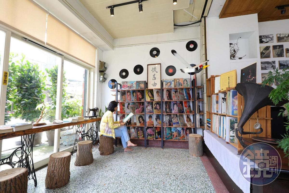 「懷舊曲黑膠唱片」咖啡館裡有多達500張父親留下來的黑膠唱片。