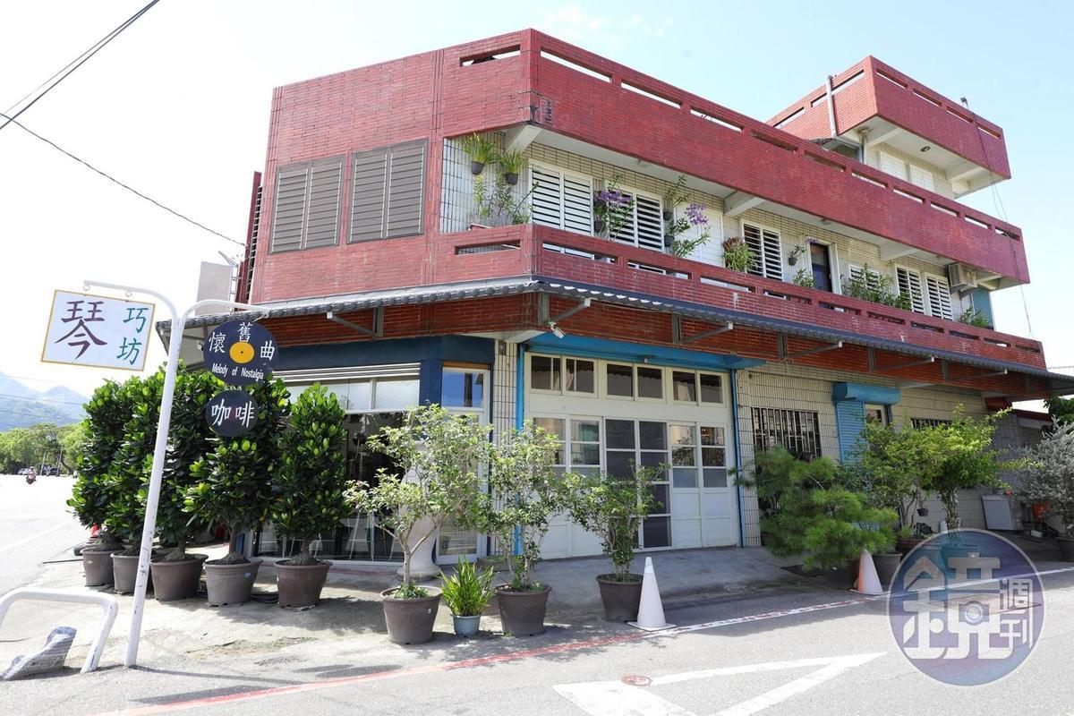 街角「懷舊曲黑膠唱片」咖啡館,昔日是省道上熱鬧的雜貨店。