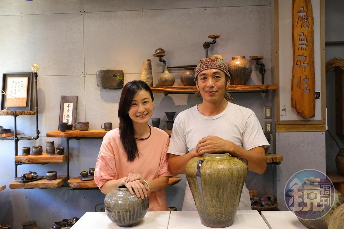 王小嫻(左)與先生溫怡宏(右)於新城攜手經營「斯土有情陶燒工房」。