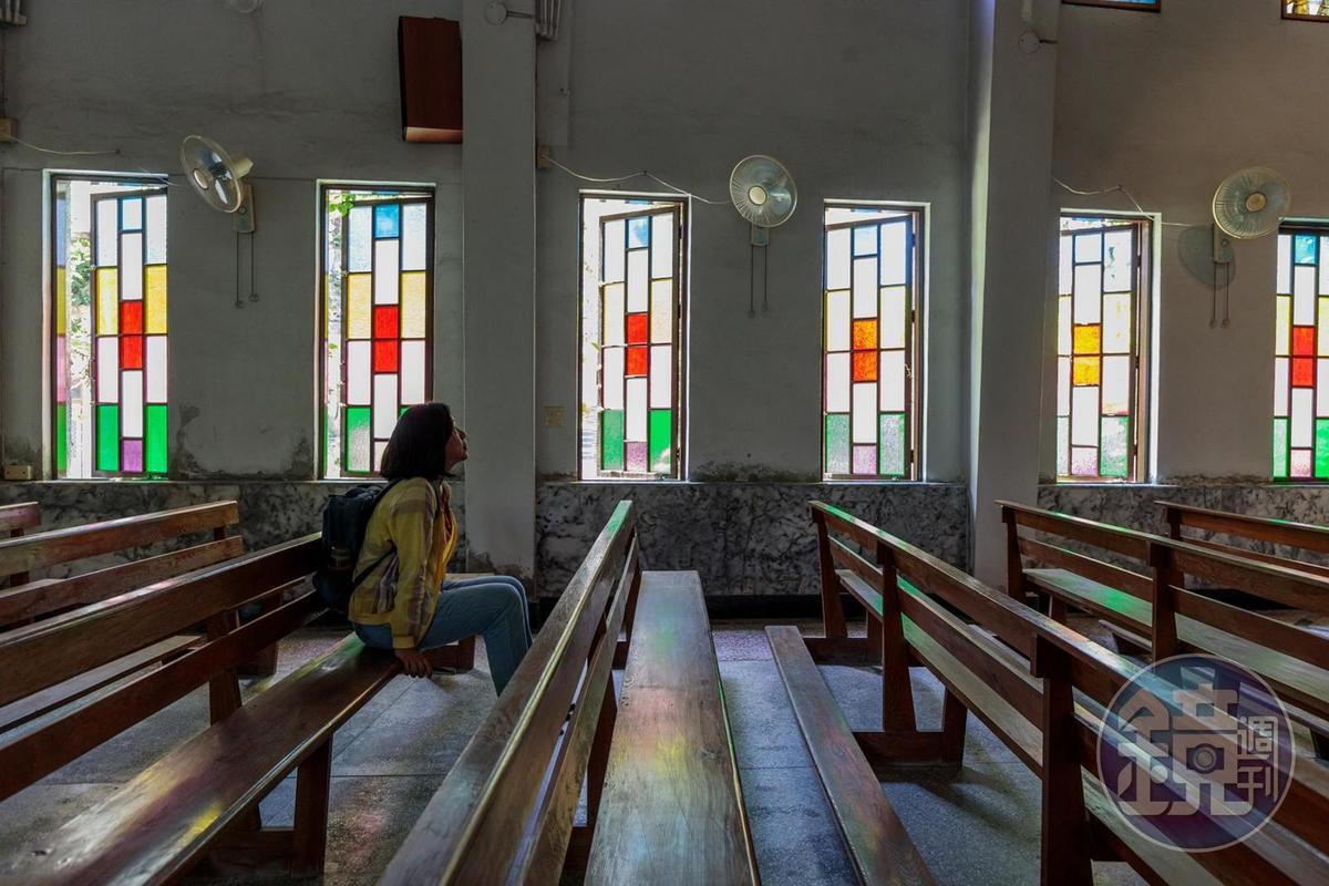 教堂裡頭兩側彩色玻璃窗,感覺平靜而美麗。