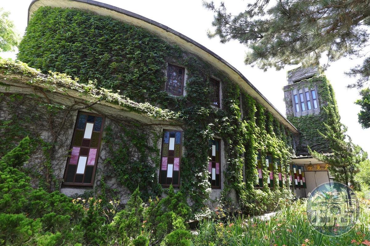 爬滿綠藤蔓的「新城天主堂」,方舟造型十分特別。