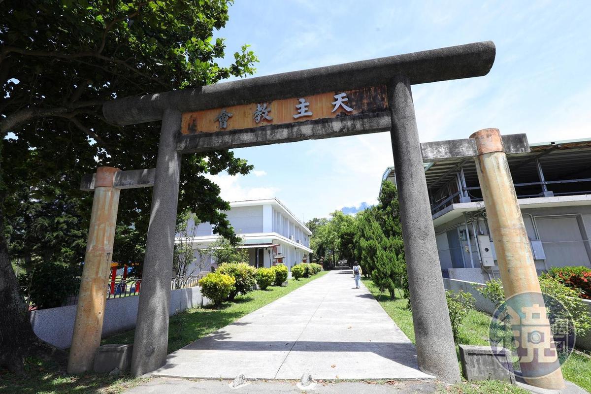 「新城天主堂」原為新城神社,至今仍見得到日式鳥居。