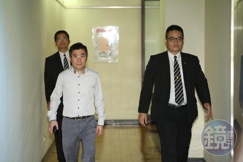盧俊賢(左前)為挽救經營危機,積極尋找外援。