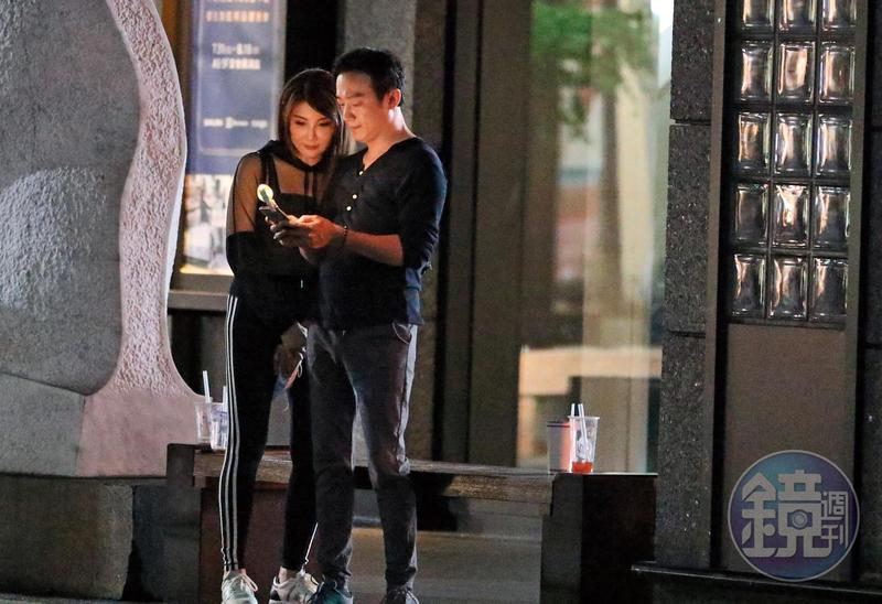 8/4 01:43 拍照完,楊麗菁趕緊臉貼男友並確認照片。