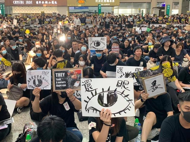 香港國際機場昨日下午湧入靜坐群眾。(翻攝自香港大學學生會學苑即時新聞臉書)