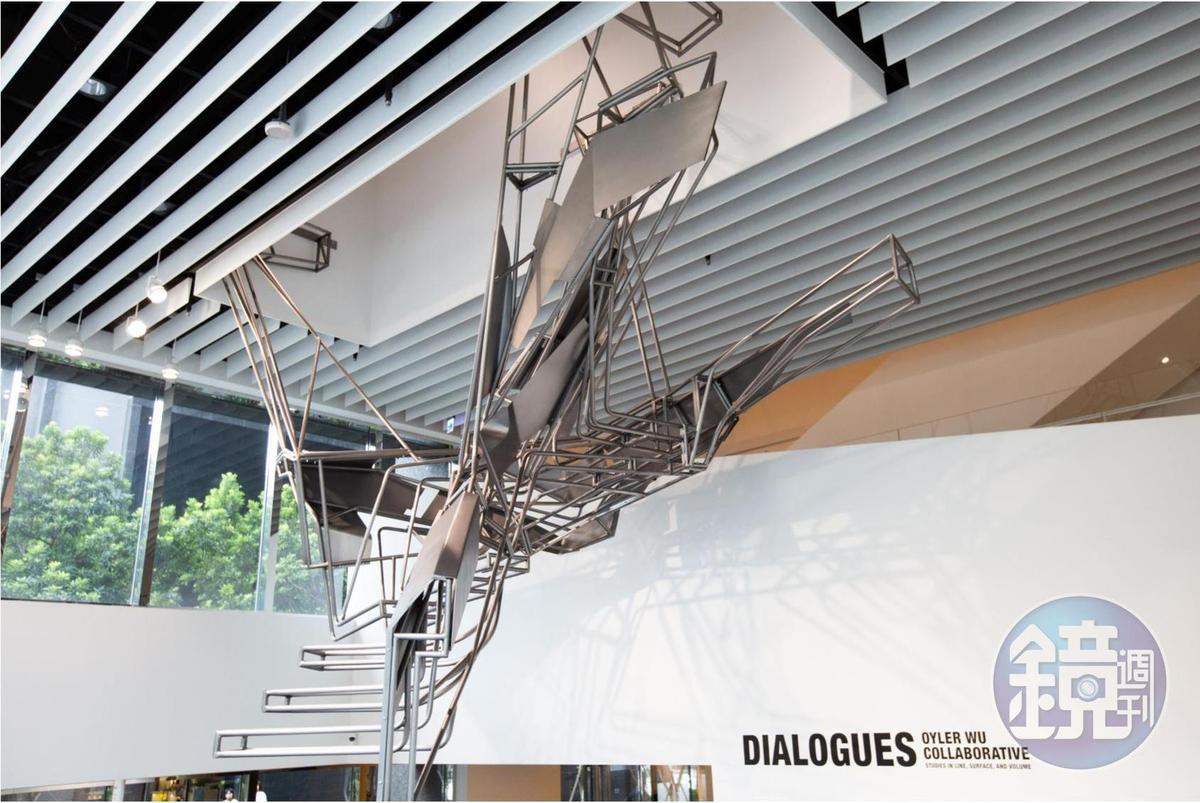 奧伊勒吳聯合事務所的最新裝置藝術作品:Quicksilver以詩意的方式,探討樓梯轉換空間的魅力。這件作品體現了他們結合數位科技與細膩手作的設計風格。