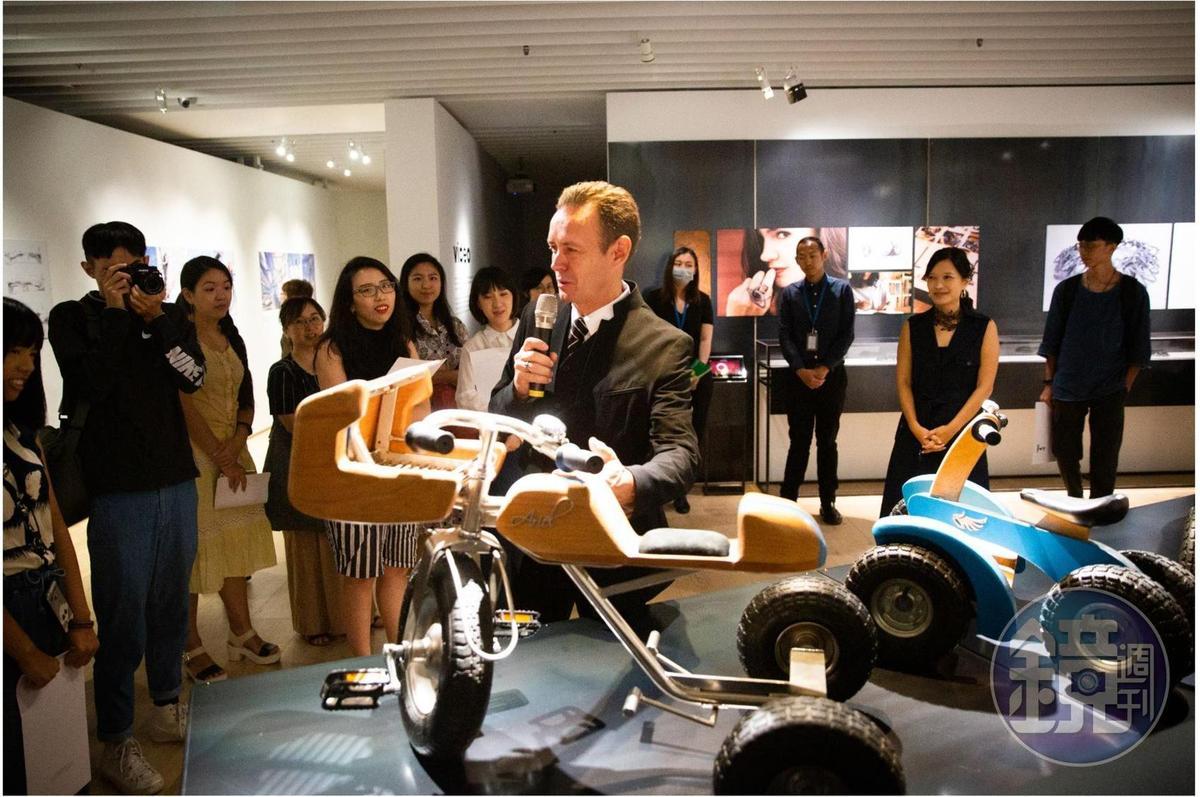 德韋恩熱愛手作,這次特展也展出了他親手為兩個兒子製作的復古玩具,因為這些木製玩具車,兩個兒子還成了社區的紅人。