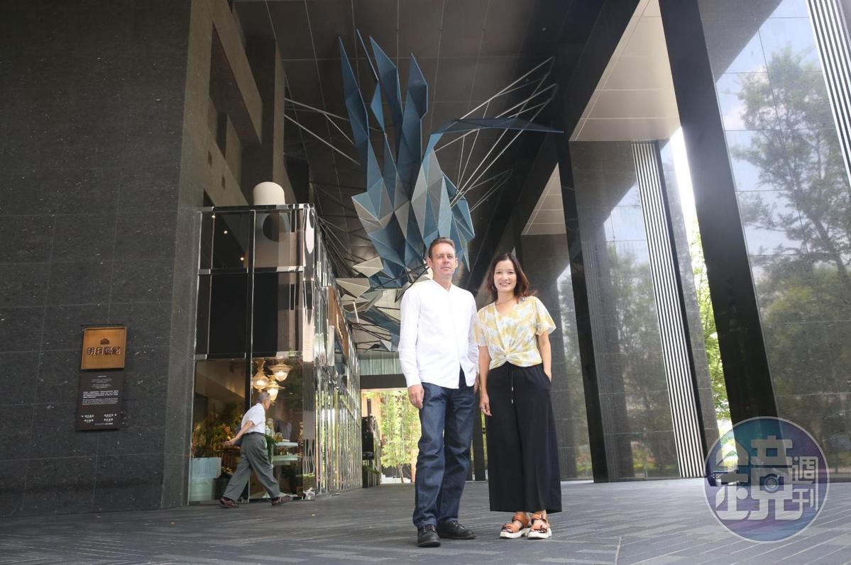 大型裝置藝術「琉璃雲」是由355片相同尺寸的藍白漸層色系金屬板堆疊而成。