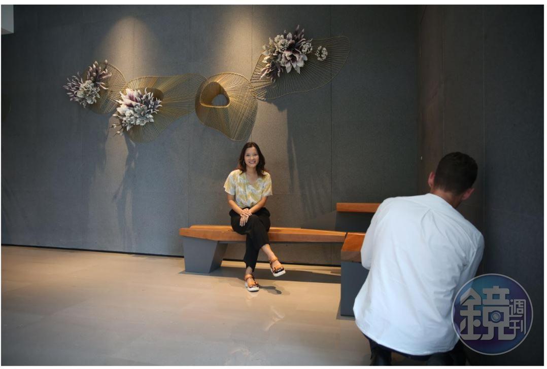 吳嘉華所坐的家具,也是奧伊勒吳事務所製作的。