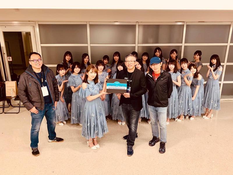 秋元真夏(前排左2)代表乃木坂46,從KKBOX亞太區董事總經理施盈良(前排右2)手中獲贈印有團員肖像的客製化Q版胸章。