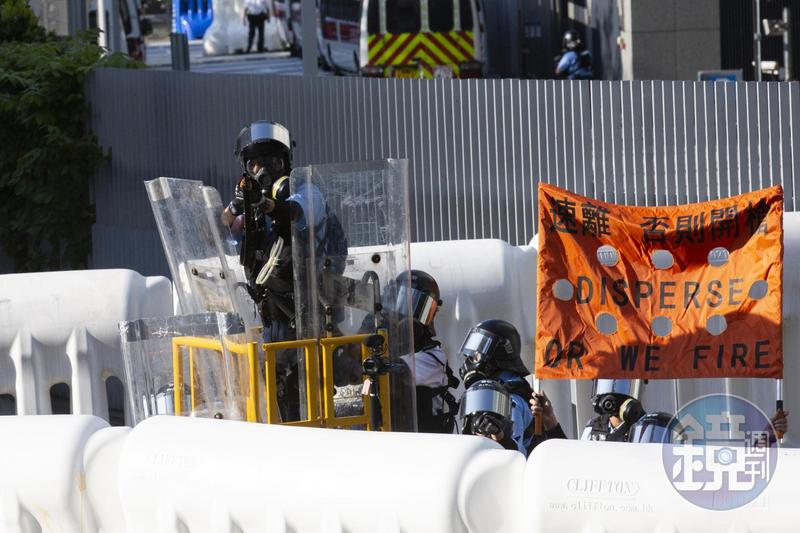 香港警察驅離示威者的暴力手段,引發外界質疑超乎常規執法程度。圖為本刊資料照。