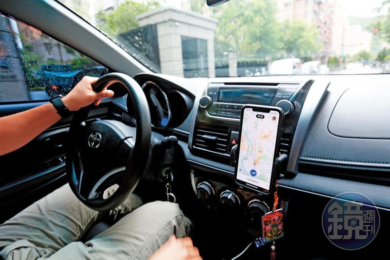 馮冠皓(駕駛者)除努力挽救公司,也利用下班時間開Uber賺生活費。
