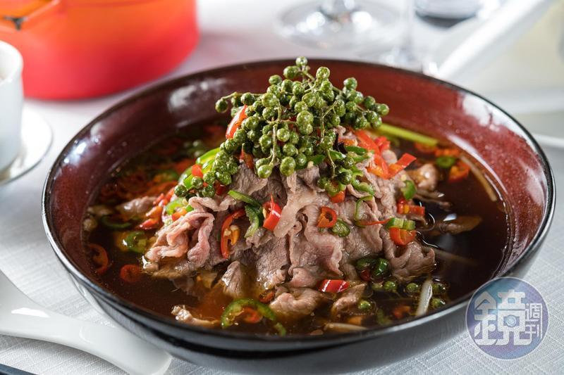 「鮮花椒薄牛肉」是清新版水煮牛,青紅辣椒和鮮花椒的香氣讓牛小排肉更顯嫩甜。(700元/份)