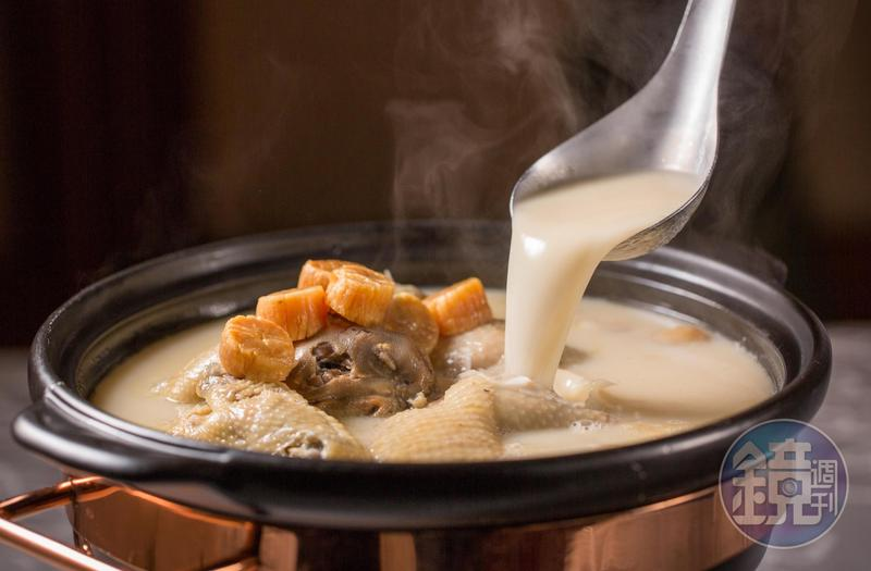 「砂鍋土雞湯」是「玉喜飯店」鎮店之寶,不喝枉來一遭。(2,200元/鍋)
