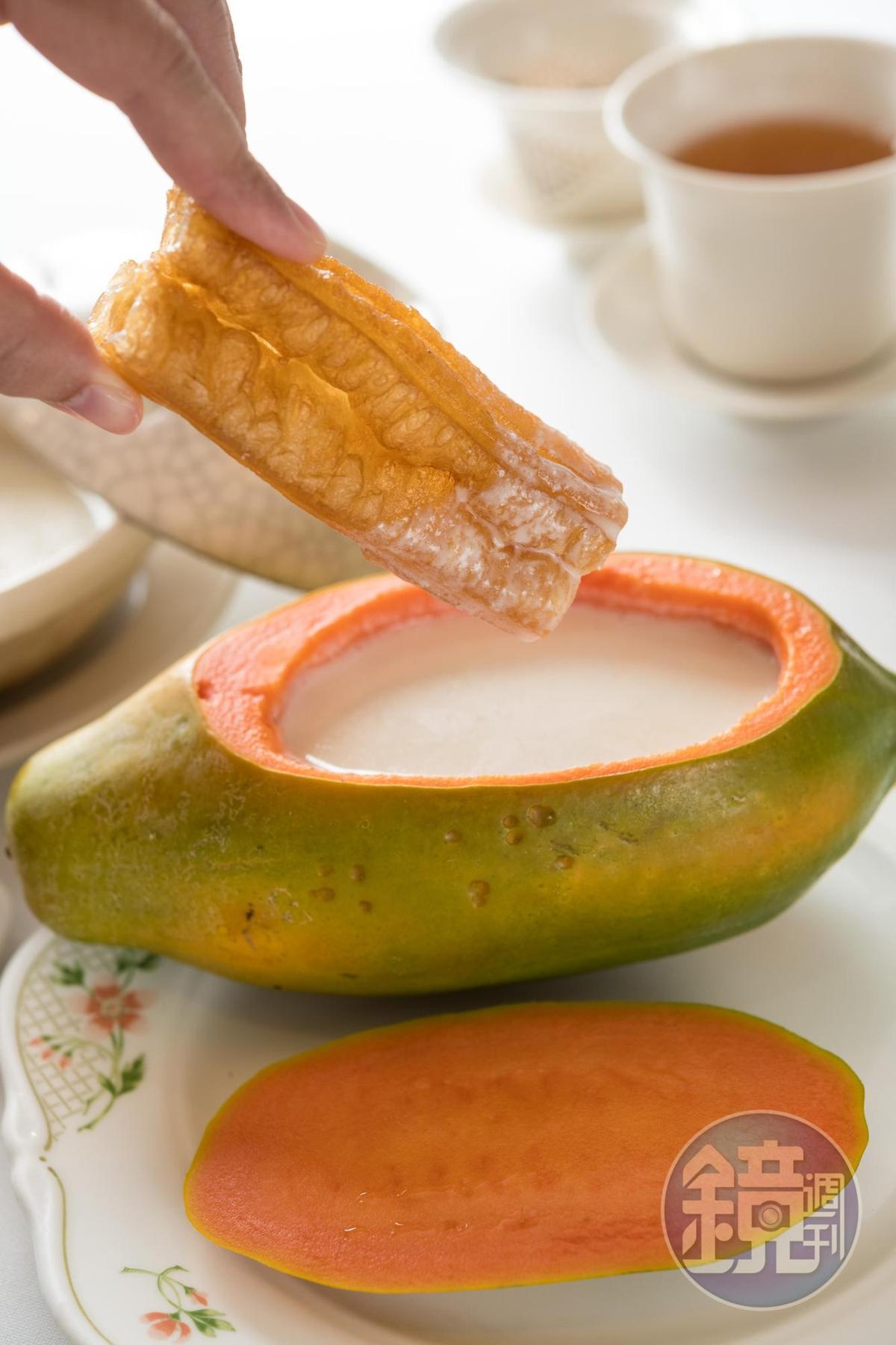「木瓜杏仁露」把自製杏仁茶熬熱沖入鮮木瓜,化了生木瓜的腥,也少了杏仁的衝味。(280元/份)