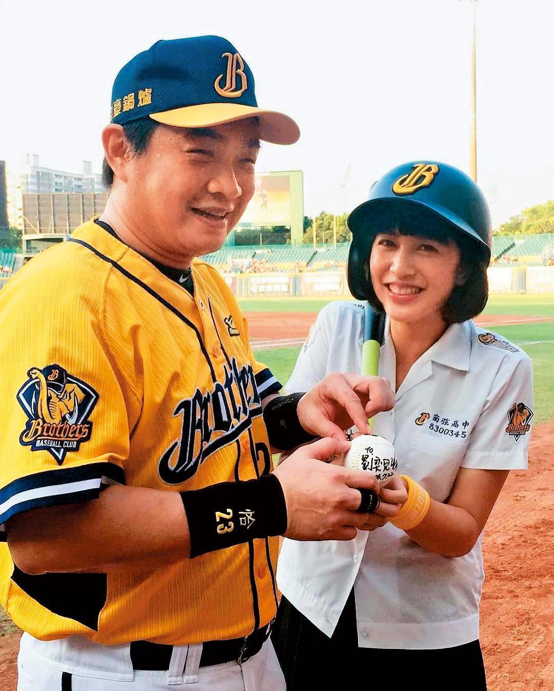 念新聞系的劉奕兒未入行前曾想當體育記者,她為職棒開球,終於一圓見到偶像彭政閔的心願。(翻攝自劉奕兒IG)