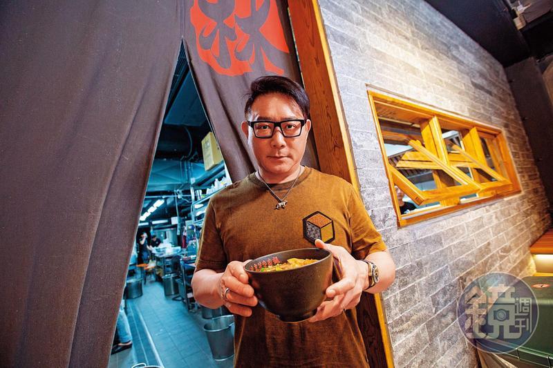 林東芳接下母親的牛肉麵店發揚光大,還曾入選米其林必比登,但他個性龜毛、事必躬親,長年受恐慌症所苦。