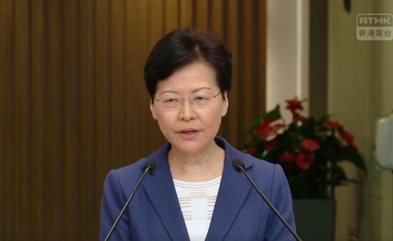 香港特首林鄭月娥今早舉辦記者會,表達對警方執法的支持,也樂意探望眼睛中彈少女。(翻攝自香港電台視像新聞 RTHK VNEWS粉絲專頁)