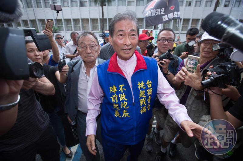 張安樂(圖)與兒子張瑋等6人,因涉嫌違反銀行法、政治獻金法等罪遭起訴。