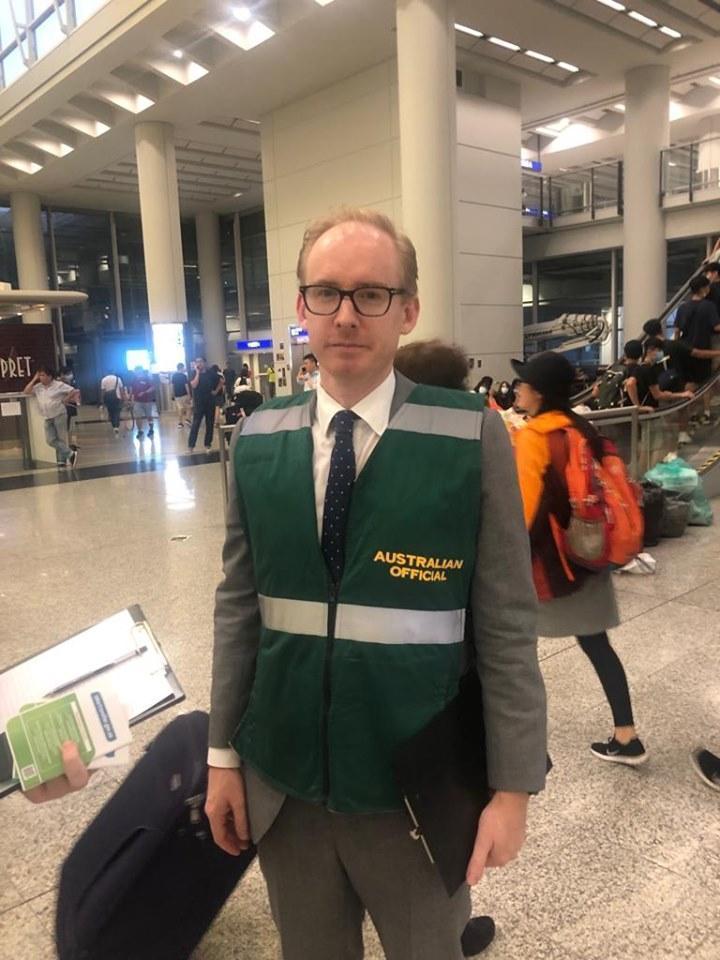 澳洲外交團隊現身香港機場協助澳洲旅客安全離開。(翻攝自Australia in Hong Kong & Macau)