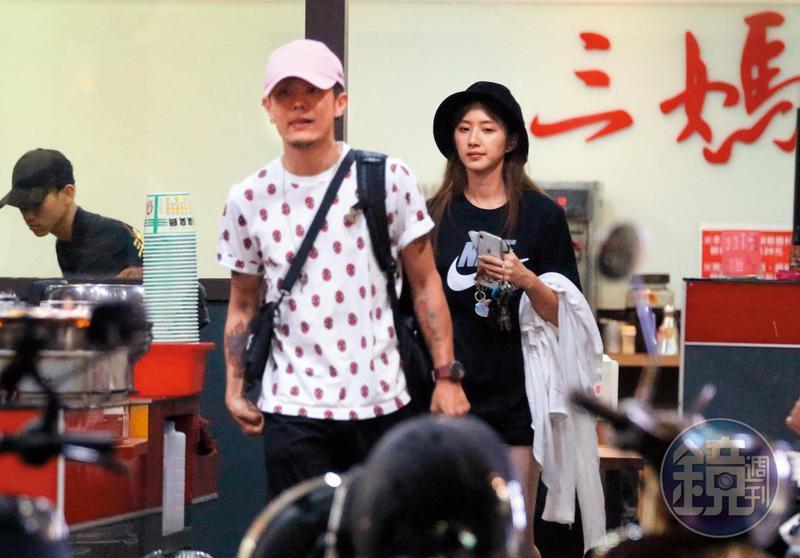 08/07 00:45七夕吃臭臭鍋,謝翔雅(右)跟阿電(左)雖然看似享受庶民浪漫,但很快就離開。