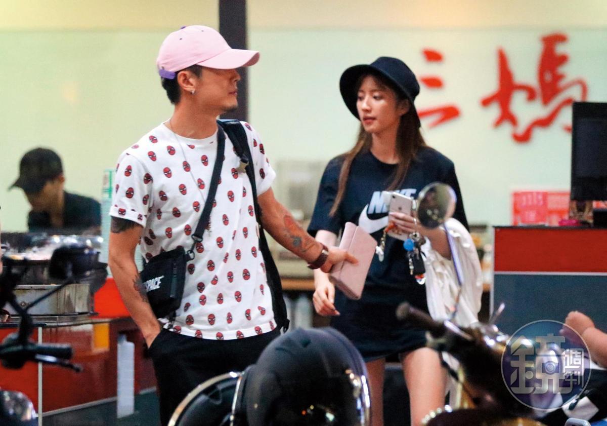 8/7 00:45 七夕吃臭臭鍋,謝翔雅(右)跟阿電(左)雖然看似享受庶民浪漫,但很快就離開。