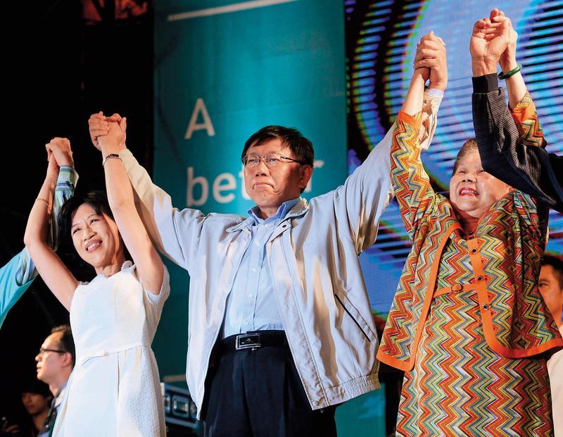 2014年勝選之夜。當時,柯文哲以白色力量為號召,投入台北市長選戰,結果一戰成名,政治路上,獲得廣大柯粉支持。(東方IC)