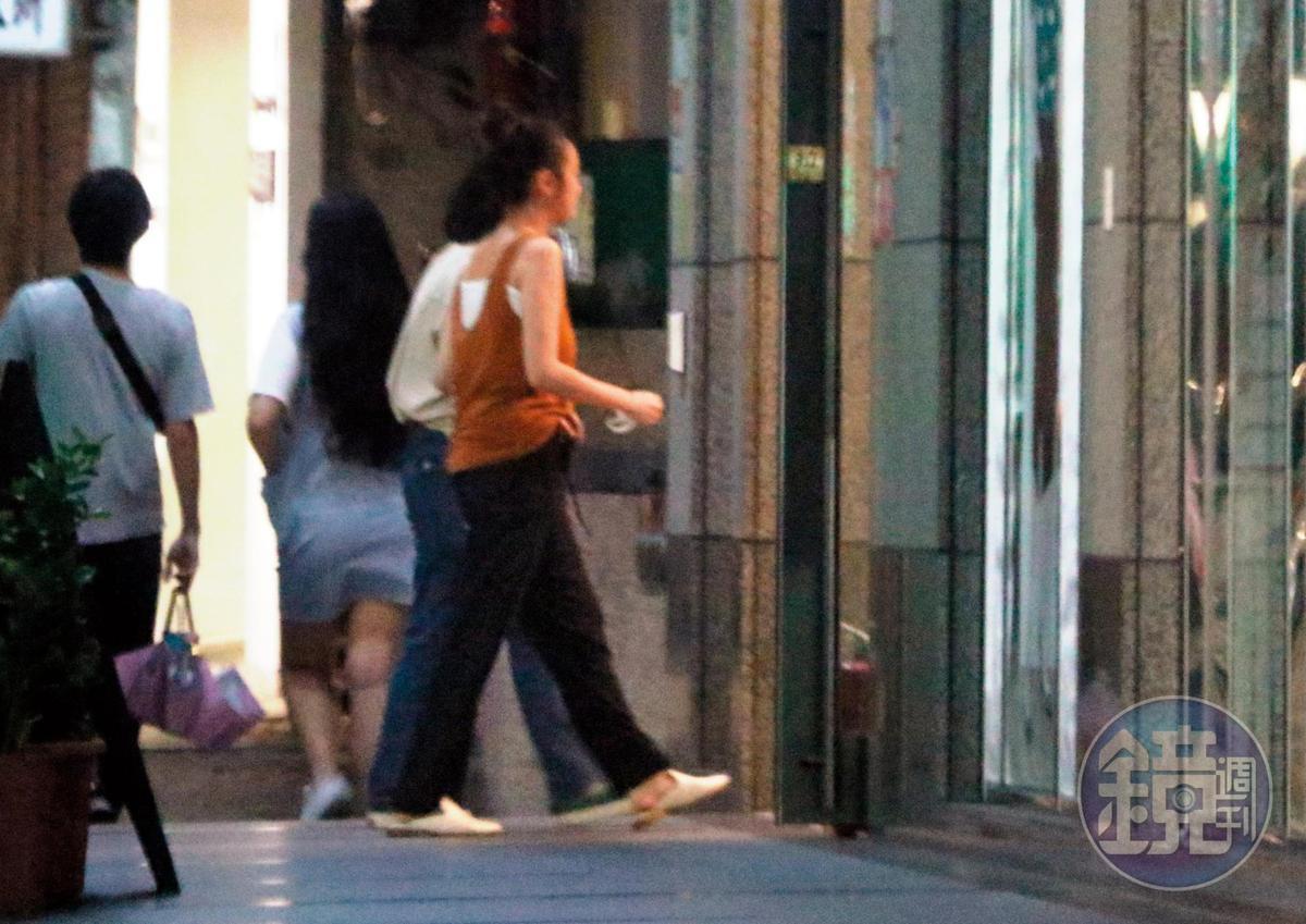 8/9 21:21,有朋友掩護,王淨慢慢走回家,還不時講講電話、傳傳簡訊。