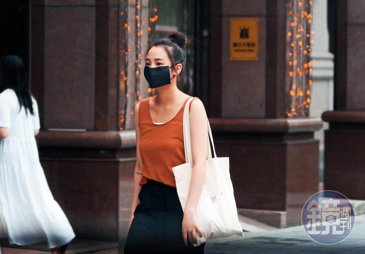 8/9 17:30,沒多久,果然見到王淨前來會合,也戴了黑口罩。