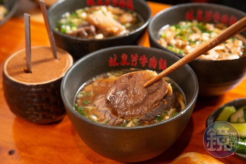 接班後,林東芳降低母親大量使用中藥熬湯的苦澀感,加入老母雞與牛肉熬煮濃郁湯頭,讓外國人也能接受。(牛肉麵200元/碗)