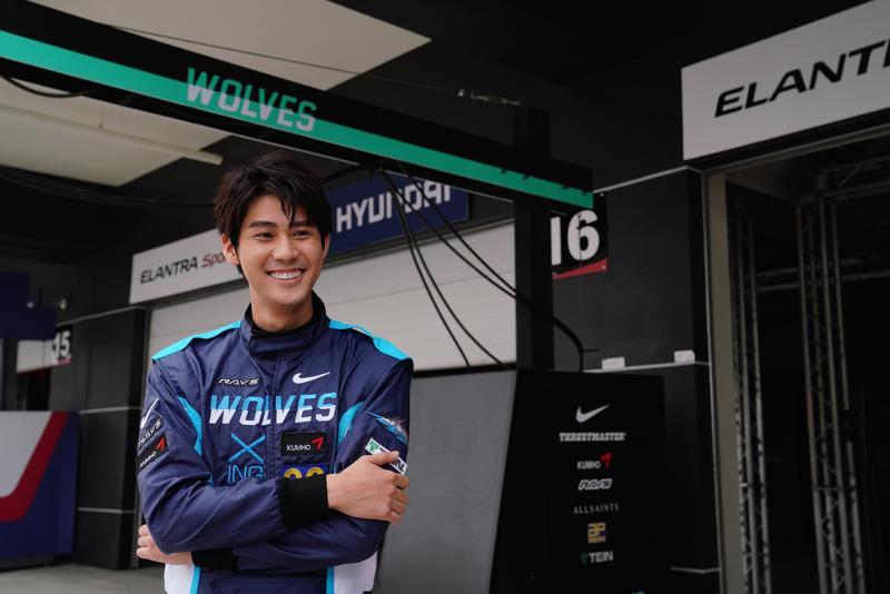 李玉璽驚喜演出《叱咤風雲》,穿起賽車服的他十分帥氣。(創映電影、量能影業提供)