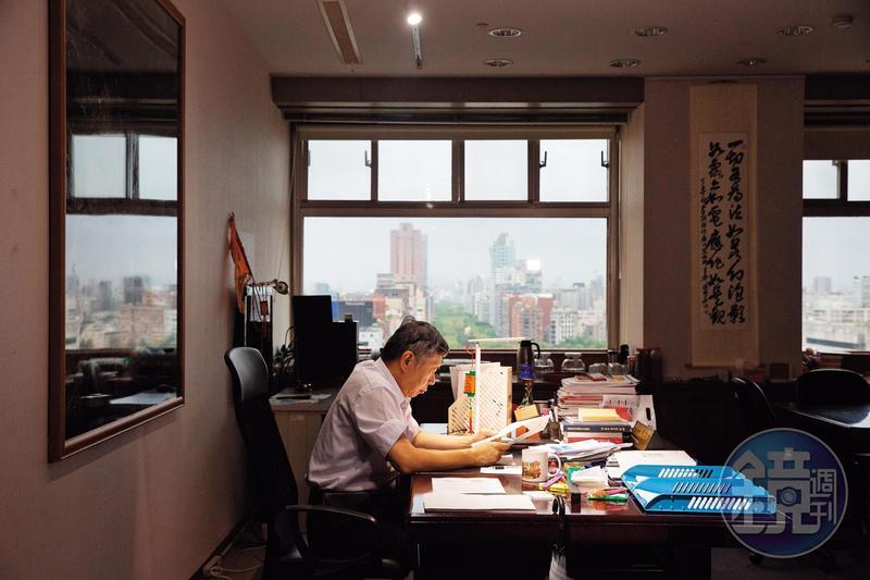 台北市長辦公室窗外即是仁愛路,一路到底便是總統府。柯坦言這次是參選最好時機,但卻以諸葛亮「六出祁山」故事吐露徐圖進取的心聲。