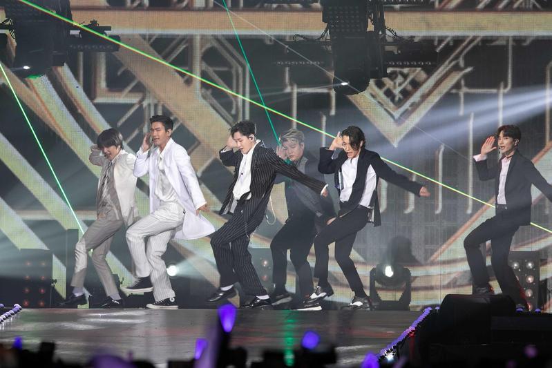 韓團SUPER JUNIOR今年受邀參加KKBOX風雲榜頒獎典禮,創首組海外藝人獲頒年度風雲歌手紀錄。(KKBOX提供)