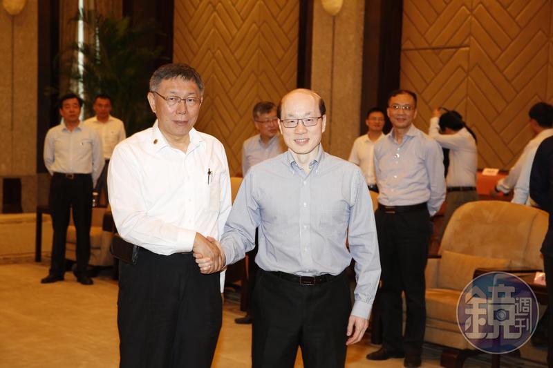 柯文哲(前左)爆自己跟國台辦主任劉結一(前右)的談判內容:「如果你講一國兩制,那我就講香港!」