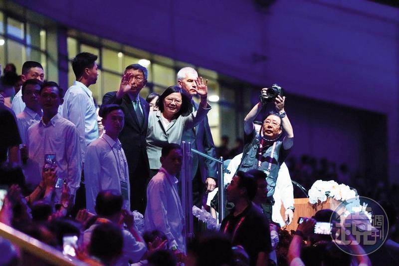 柯認為抹紅是民進黨選舉策略,並反嗆蔡英文在世大運開幕時「妳用中華民國總統身分上台了耶!」