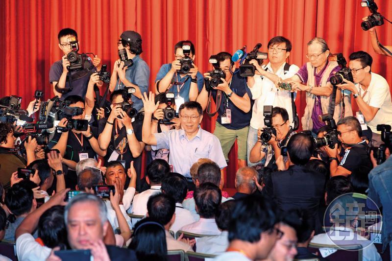 曾說「別把獅子趕進籠子」的柯文哲選在8月6日生日當天創立「台灣民眾黨」,他強調「這個黨不會是籠子」。