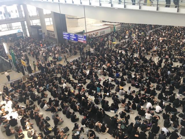 反送中示威者再次湧入香港機場,造成機場癱瘓,圖為昨日狀況。(翻攝香港地臉書)