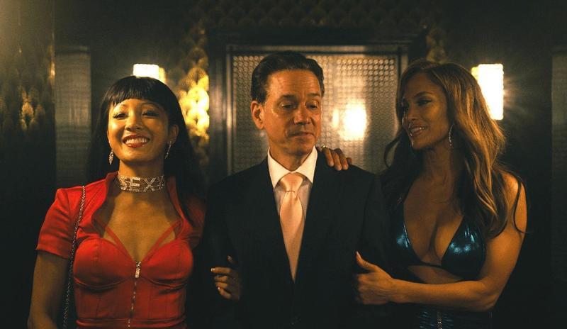 珍妮佛羅培茲(右)在新片《舞孃騙很大》飾演鋼管舞孃,為投入角色在開拍前帶著未婚夫A-Rod去脫衣舞酒吧現場觀摩。(CatchPlay提供)