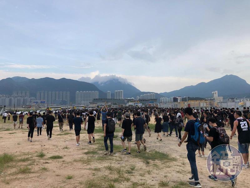數以千計示威群眾從機場撤離,在曠野中步行到距離機場約6公里的最近地鐵站東涌,寫下香港新世代的「出埃及記」。