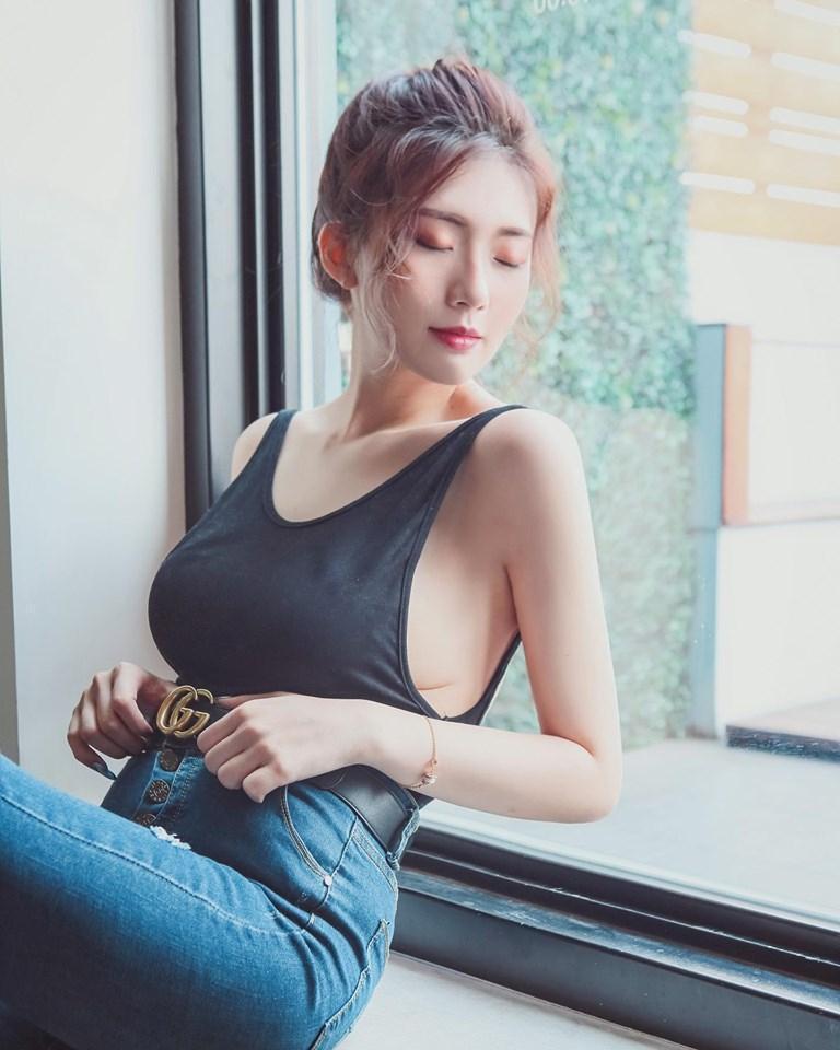 謝薇安擁有豐滿胸部,常在社群軟體分享惹火辣照。(翻攝自謝薇安臉書)