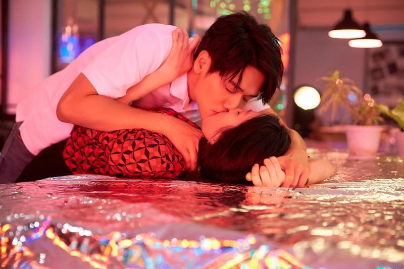蔡旻佑在MV中一人分兩角,不單有吻戲纏綿鏡頭,還有球棒爆頭,一甩乖乖形象,令人耳目一新。(何樂音樂提供)